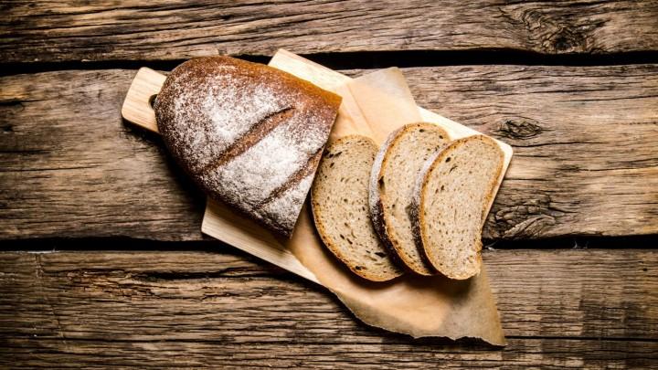 Jak sprawić, by pieczony w domu chleb miał chrupiącą skórkę?