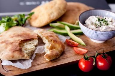 Chlebek arabski z serkiem
