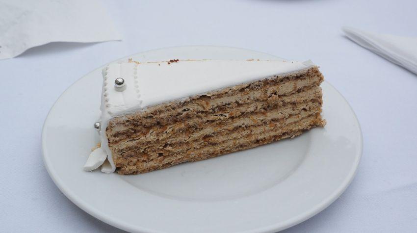 Biszkoptowy tort orzechowy