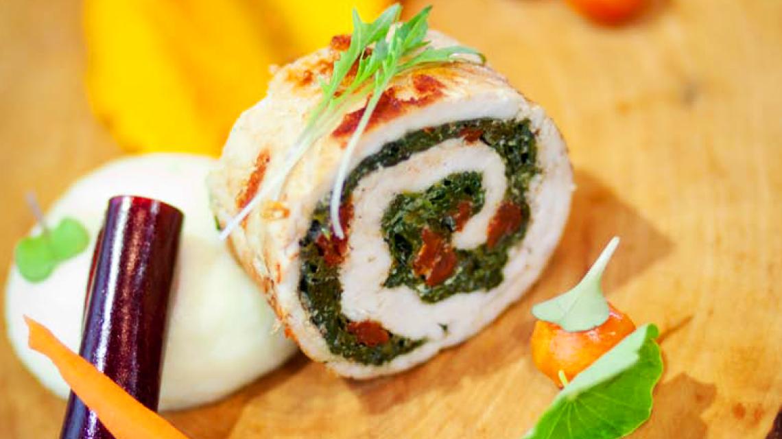 """Rolada z indyka ze szpinakiem, podana z """"purée"""" marchewkowym"""