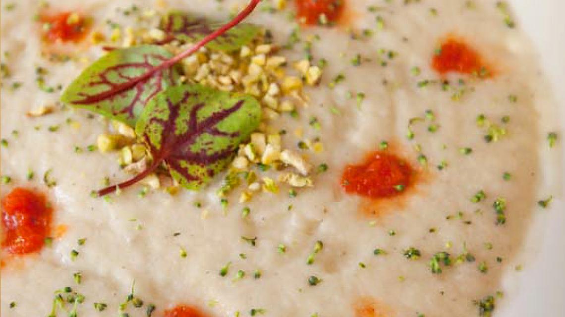 Zupa biało-czerwona z pistacjami