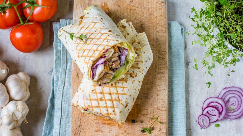 Tortilla pszenna z nadzieniem mięsnym i warzywami