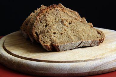 Rustykalny chleb wiejski z zaczynem