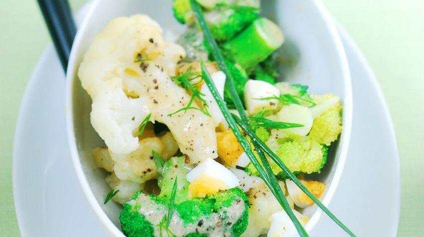 Sałatka brokułowo-kalafiorowa z dresingiem anchovis