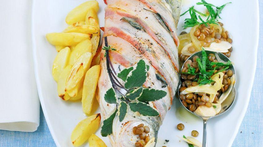 Sandacz z boczkiem, ziemniakami i soczewicą