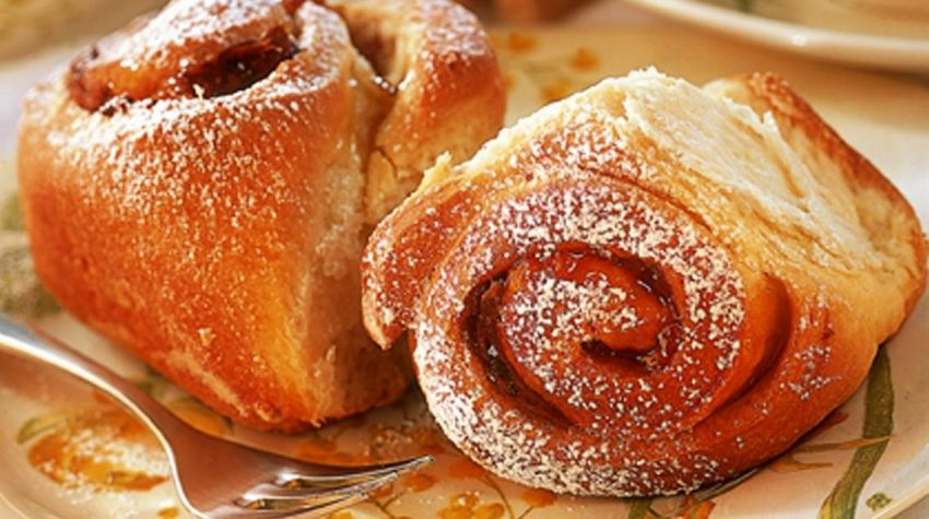 Cynamonowe roladki z ciasta drożdżowego