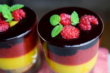 Warstwowy deser owocowy