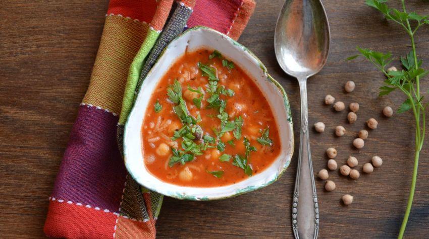 Zupa pomidorowa z ciecierzycą i ryżem