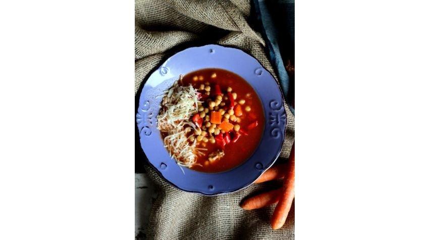 Zupa pomidorowa z cieciorką i serem pecorino peperoncino