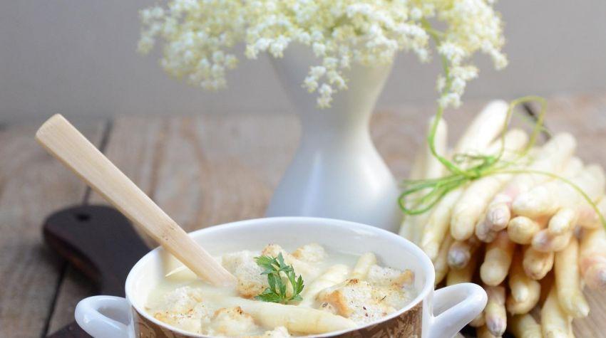 Zupa szparagowa z grzankami