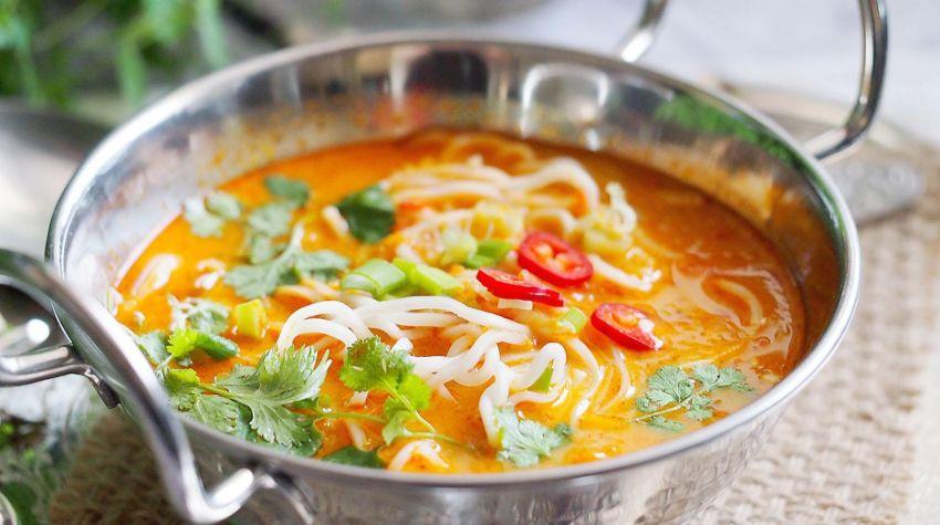 Pikantna zupa tajska z makaronem