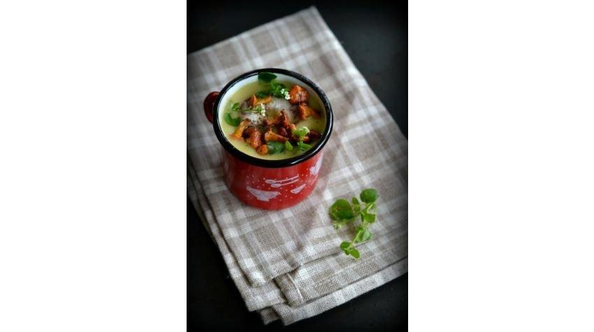 Zupa ziemniaczana z kurkami, wędzonym węgorzem i kwiatami rukwii wodnej