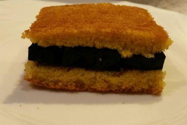 Szybki chlebek kukurydziany z ciepłą galaretką z czarnej marchwi