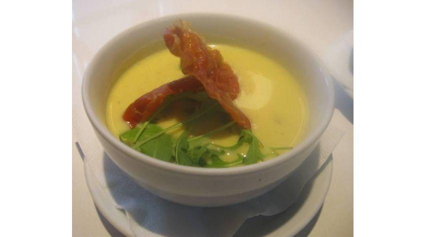 Zupa z serków topionych z prażonymi migdałami