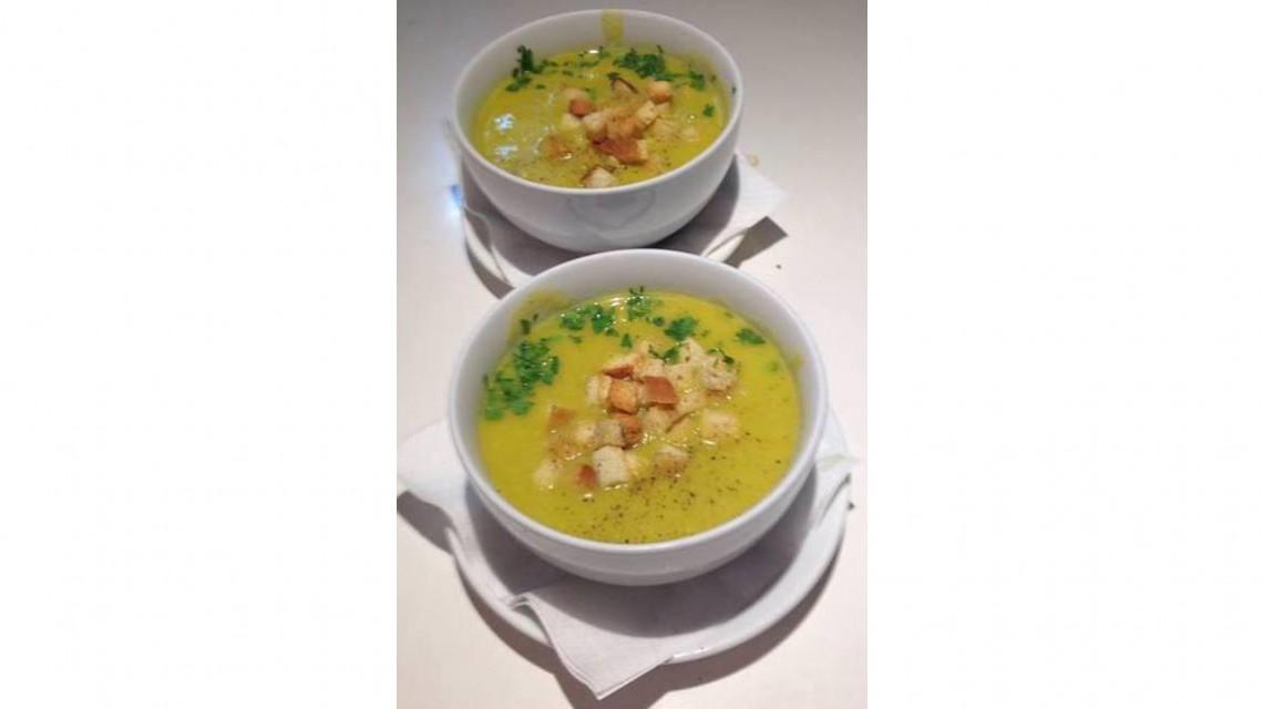 Kremowa zupa wielowarzywna z grzankami i lubczykiem