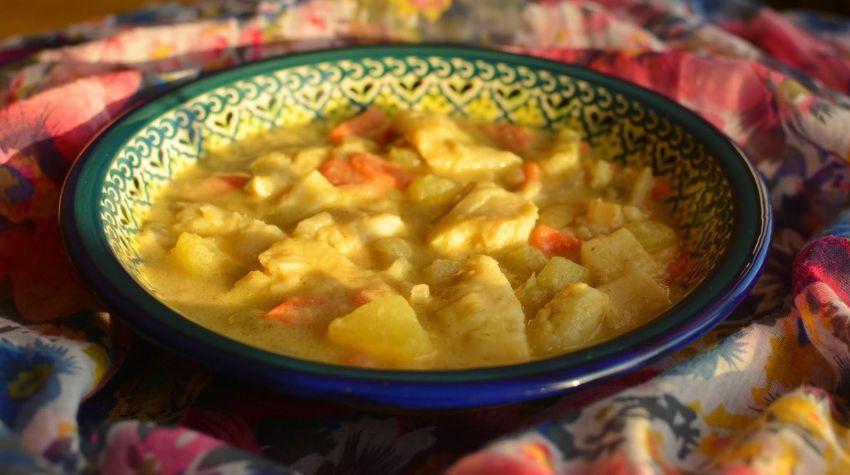 Rybna zupa curry z fenkułem i ziemniakami