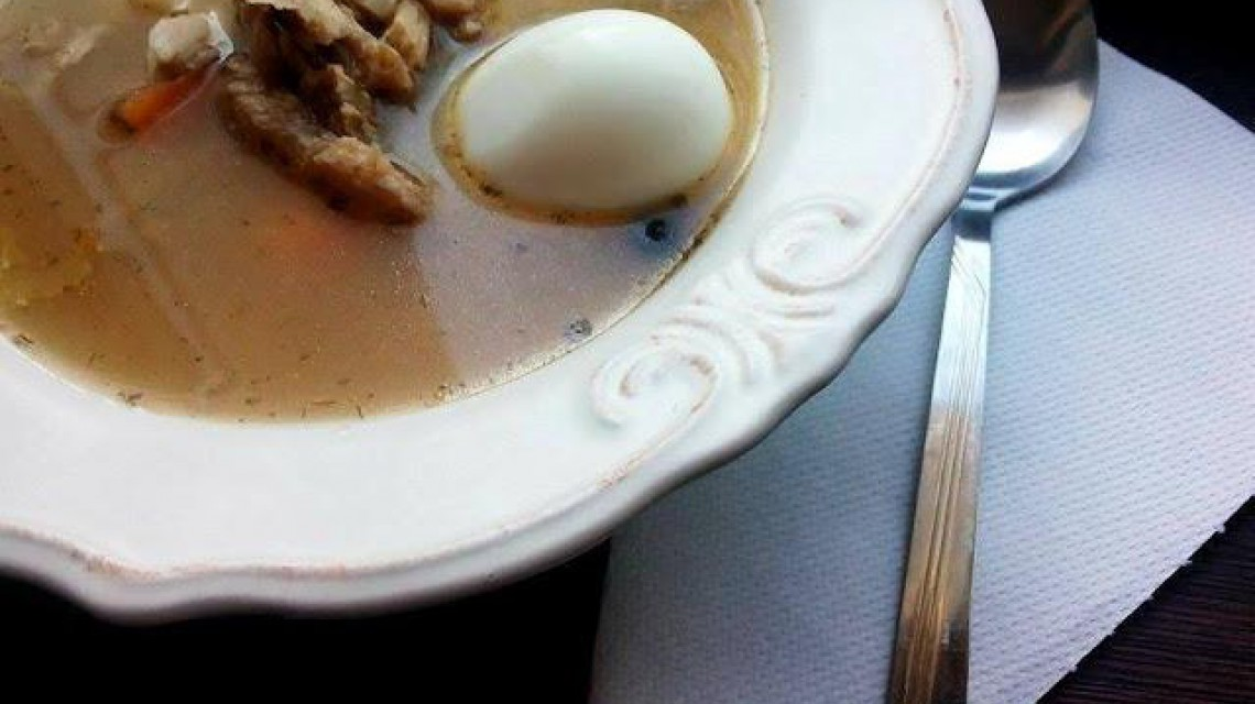 Flaczki sojowe z jajkiem ugotowanym na twardo