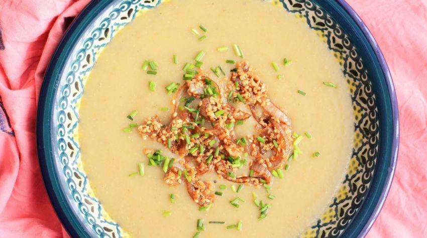 Zupa ziemniaczana z pieczonymi bakłażanami i karmelizowaną cebulą w sezamie