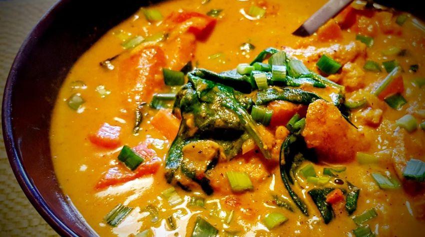 Curry z kurczakiem, batatami i młodym szpinakiem