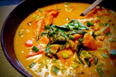 Curry z kurczakiem, batatami i młodymi liśćmi szpinaku