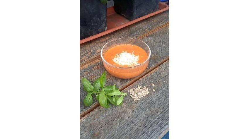 Krem pomidorowy ze słonecznikiem i cynamonem