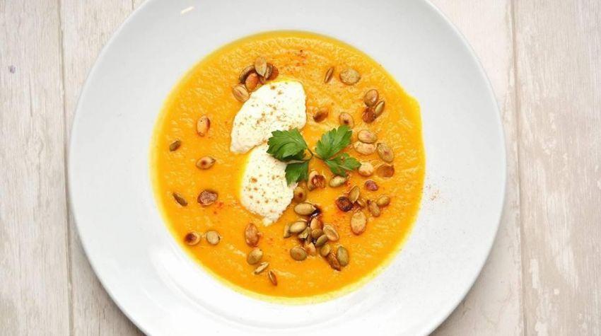 Pijana zupa krem z dyni z dodatkiem marchwi, ziemniaka, imbiru, chilli z pestkami dyni