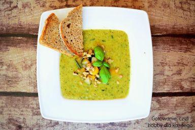 Zupa krem z cukinią, papryką i orzechami
