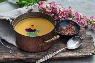 Zupa z batatów z dodatkiem pudru z kiełbasy