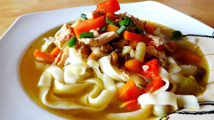 Zupa z kiełkami fasoli mung