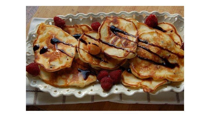 Waniliowo-serowe racuchy z jabłkami i mango