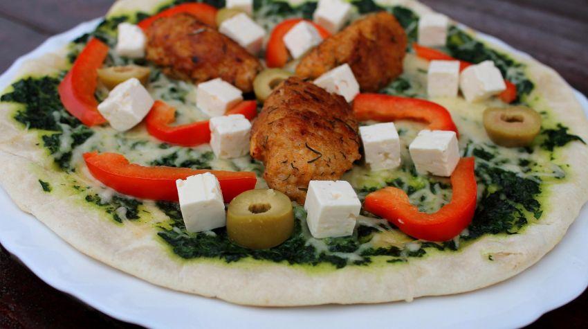 Jaglana pizza z patelni z sosem szpinakowym