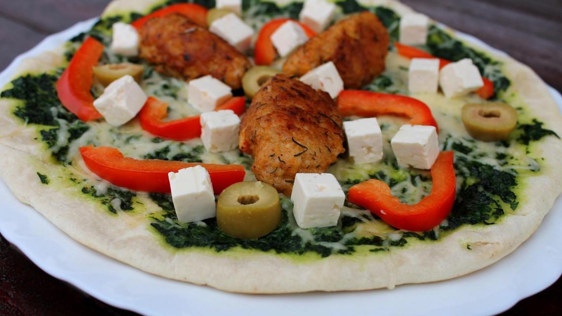 Jaglana pizza z patelni z sosem szpinakowym w grackim stylu
