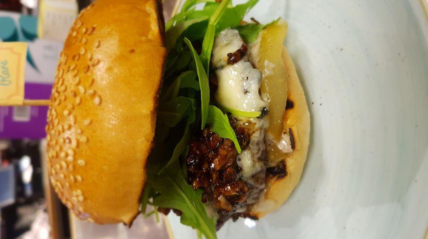Burger z karmelizowanymi gruszkami i serem gorgonzol