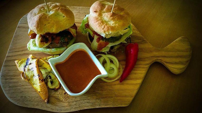 Hamburgery z grilowaną cukinią i sosem pomidorowym