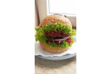 Wegetariański burger buraczany
