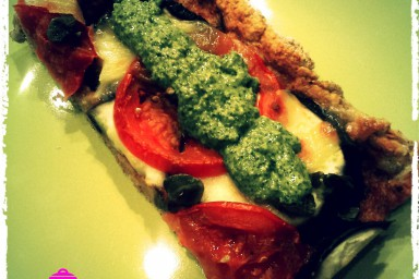 Razowa Pizza z bakłażanem, pomidorami i mozzarellą