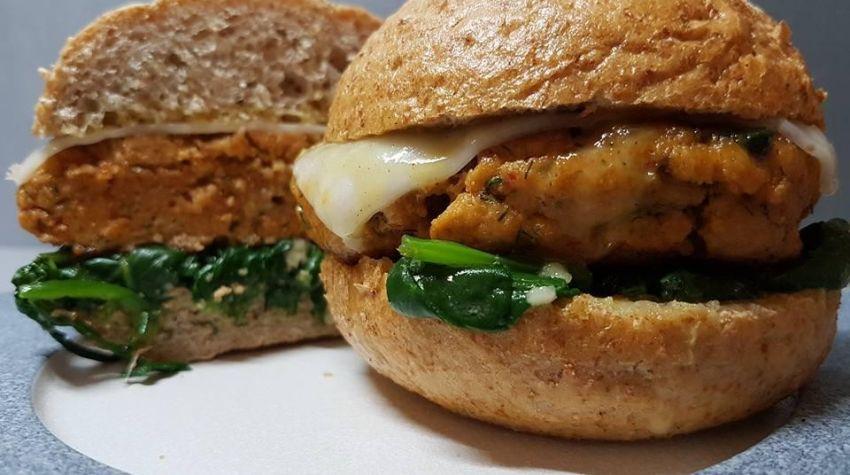 Łososiowy burger na szpinaku baby z kozim serem.