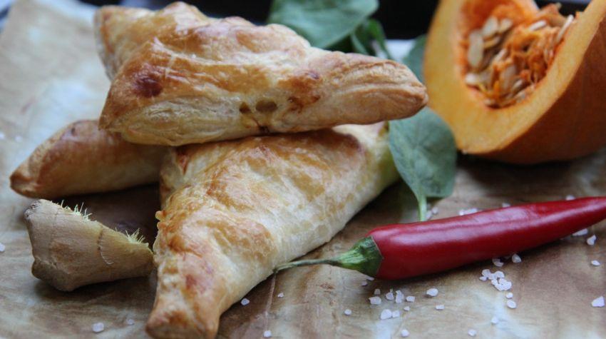 Pyszne paszteciki z ciasta francuskiego nadziewane dynią i kurczakiem
