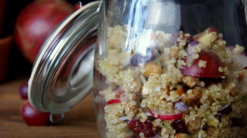 Lekka sałatka z komosą, winogronami, miętą i ciecierzycą