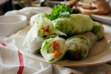 Spring rolls z kurczakiem i chrupiącymi warzywami na ostro
