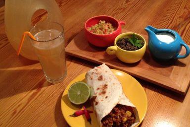 Burrito z dodatkiem salsy, pasty z czarnej fasoli i jogurtu