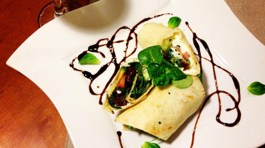 Tortilla z serkiem śmietankowym, warzywami i łososiem wędzonym na ciepło
