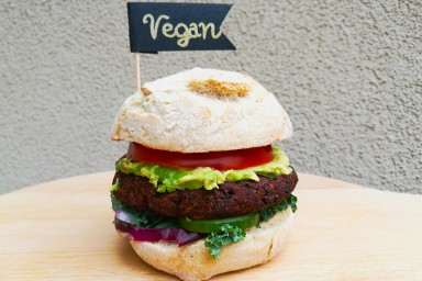 Wegański burger z czarnej komosy ryżowej i fasoli