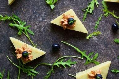 Ziołowe trójkąty z polenty z pastą tuńczykową