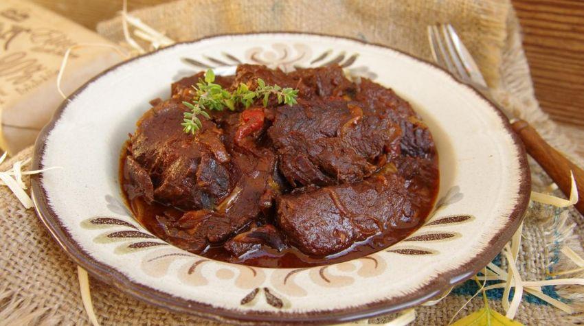 Gulasz wołowy długo pieczony z czekoladą