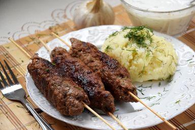 Cevapcici- wołowe szaszłyki, smażone na patelni do grilowania :) Coś pysznego! Polecam z domowym, wyrazistym sosem czosnkowym :)