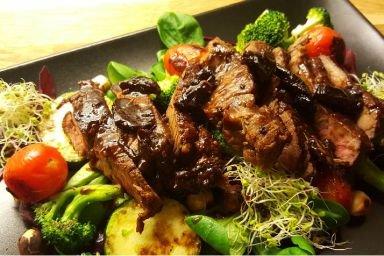 Sałatka z grillowanymi warzywami, stekiem i sosem z suszonej śliwki