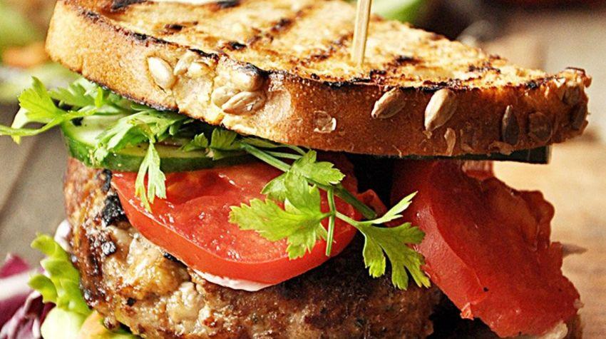 Grillowana kanapka z burgerem wołowym