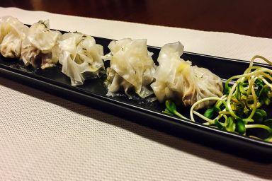 Pierożki wołowe w papierze ryżowym z masłem rozmarynowym