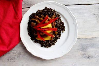 Wołowina w sosie mango z czarną soczewicą